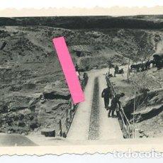 Fotografía antigua: GUERRA CIVIL ESPAÑOLA. AGUILAR DE CAMPOO. SOLDADOS DE LA LEGIÓN CÓNDOR INSPECCIONAN UN PUENTE.. Lote 188673746