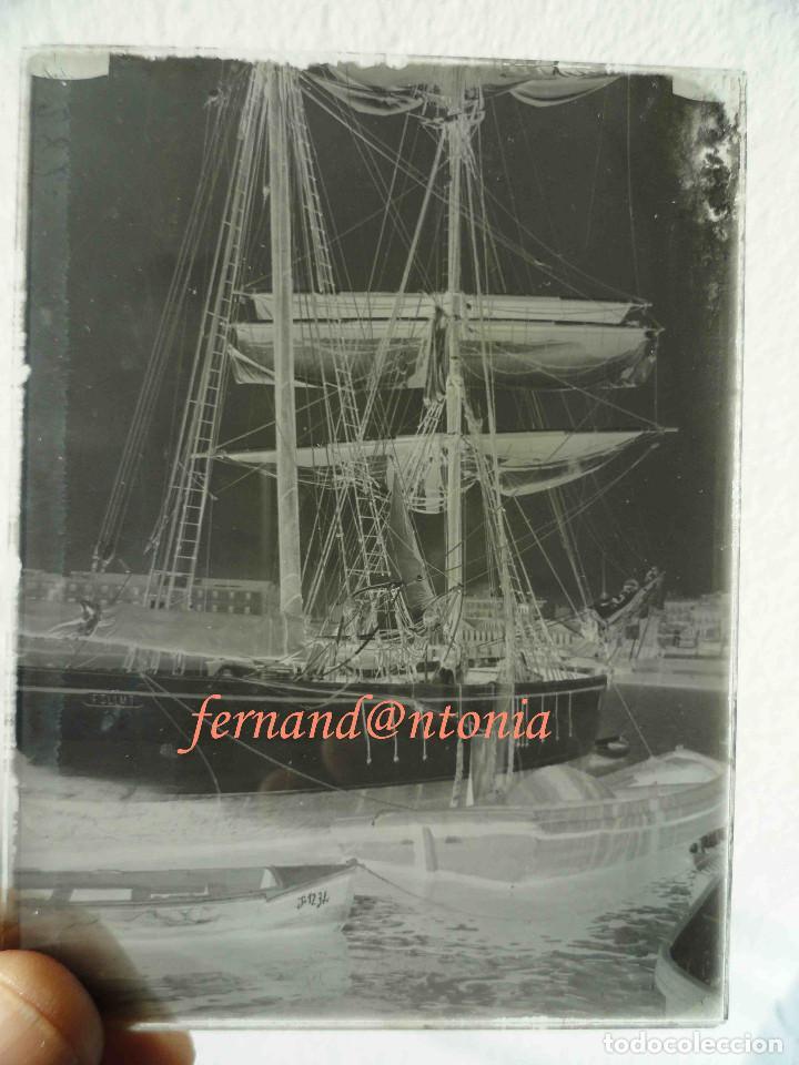 Fotografía antigua: Veleiro amarrado en el puerto. ¿Barcelona? Negativo en Cristal 9x12 cm - Foto 2 - 188701886