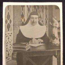 Fotografía antigua: FOTOGRAFÍA DE RELIGIOSA EN ESCRITORIO. H. 1940. FOTÓGRAFO AMBULANTE.. Lote 190708340