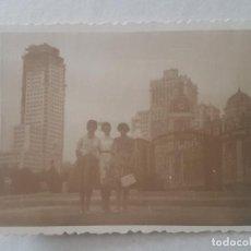 Fotografía antigua: TRES MUJERES MADRID PLAZA ESPAÑA FOTOGRAFIA. Lote 191395678