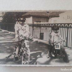 Fotografía antigua: RETRATO NIÑAS EN BICI FOTOGRAFIA. Lote 191396907