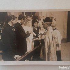 Fotografía antigua: NOVIOS CASANDOSE AÑOS 50 FOTOGRAFIA. Lote 191398377