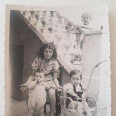 Fotografía antigua: RETRATO NIÑA Y SUS HERMANOS AÑOS 50 FOTOGRAFIA. Lote 191401087