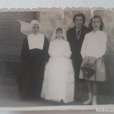 Fotografía antigua: RETRATO PRIMERA COMUNION CON MONJA FOTOGRAFIA. Lote 191402715