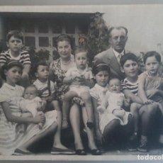 Fotografía antigua: RETRATO FAMILIAR 1956 FOTOGRAFIA SOBRE CARTON 23 X 17,5 CTMS. Lote 191407596