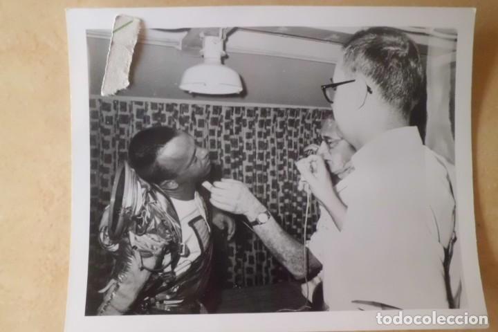 Fotografía antigua: FOTOS ORIGINALES DEL PRIMER ASTRONAUTA AMERICANO, AMERIZAJE AÑOS 60 - Foto 12 - 192392040