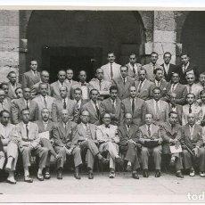 Fotografía antigua: GRUPO EN CONGRESO MÉDICO.SANTANDER 1951, CLAUSTRO DEL SEMINARIO DE CORBÁN, FOTO ARAÚNA. Lote 193580498