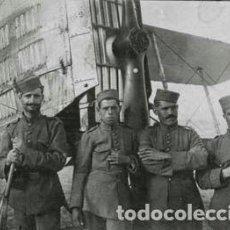 Fotografía antigua: FOTOGRAFIA SOLDADOS EJERCITO DEL AIRE CON AVIÓN BIPLANO, TAMAÑO 8X11 CM. Lote 193912468