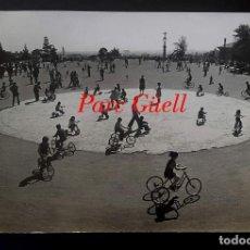 Fotografía antigua: GAUDÍ - PARK GÜELL - 1950'S . Lote 194128255