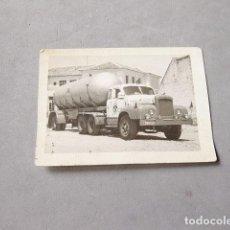Fotografía antigua: CAMIÓN CHAUSSON DE GAS BUTANO DE MADRID. Lote 194236186