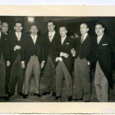 Fotografía antigua: GRUPO DE CABALLEROS CON CHAQUÉ, CIRCA 1960. REPORTAJES FOTO CERVERA, VALENZUELA, 6, MADRID. Lote 194492907
