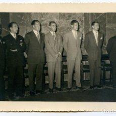 Fotografía antigua: GRUPO DE CABALLEROS EN UNA AUDIENCIA. CIRCA 1960 FOTOS LOZANO, AYALA, 77, MADRID. Lote 194493196