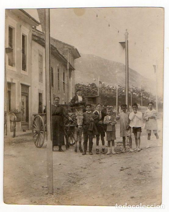 LLANES. CARROS Y TIPOS POPULARES EN UNA CALLE ENGALANADA PARA FIESTAS. H. 1930. ASTURIAS (Fotografía Antigua - Gelatinobromuro)