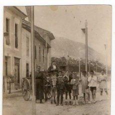 Fotografía antigua: LLANES. CARROS Y TIPOS POPULARES EN UNA CALLE ENGALANADA PARA FIESTAS. H. 1930. ASTURIAS. Lote 194528088