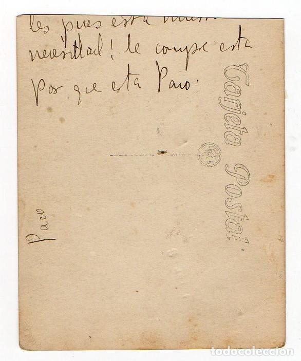 Fotografía antigua: LLANES. CARROS Y TIPOS POPULARES EN UNA CALLE ENGALANADA PARA FIESTAS. H. 1930. ASTURIAS - Foto 2 - 194528088