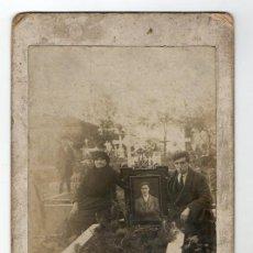 Fotografía antigua: ASTURIAS. FAMILIA EN EL CEMENTRIO CON RETRATO DE DIFUNTO. H. 1900. TRAJE TRADICIONAL.. Lote 194529135