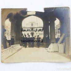 Fotografía antigua: HOSPITAL DE SANT PAU EN CONSTRUCCIÓN - PÓRTICOS DE LA ENTRADA. BARCELONA 8,5X11 CM.. Lote 194602720