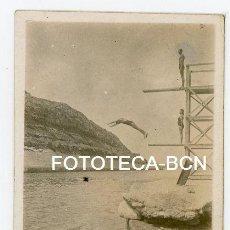 Fotografía antigua: FOTO ORIGINAL TRAMPOLIN BAÑISTAS POSIBLEMENTE COSTA CATALANA CATALUNYA AÑOS 20/30. Lote 194689348