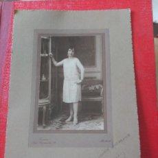 Fotografía antigua: SEÑORA CON VITRINA. VERONÉS. Lote 195398515