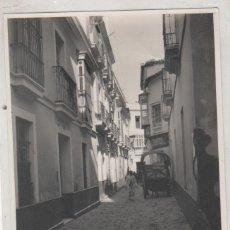 Fotografía antigua: SEVILLA 1924 UNA CALLE. NO FIGURA FOTÓGRAFO. 13 X 10,50 CM. Lote 195413672