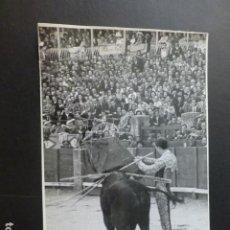 Fotografia antica: MANOLETE TOREANDO ANTIGUA FOTOGRAFIA AÑOS 40 11,5 X 17 CMTS. Lote 197095630