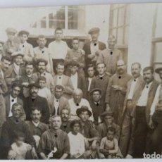 Photographie ancienne: ALCOY 1919 TRABAJODORES FABRICA PETIT POSTAL FOTOGRAFICA. Lote 198501503