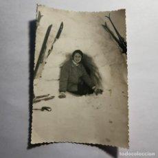 Photographie ancienne: ANTIGUA FOTOGRAFIA - MUJER DENTRO DE UN IGLÚ EN LA MONTAÑA - AÑOS 40 - 14 X 9,5 CM / 160. Lote 199102100