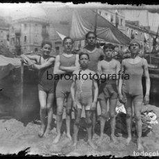 Fotografía antigua: CATALUÑA, GRUPO EN PLAYA POR IDENTIFICAR, 1920'S. CRISTAL NEGATIVO 9X12 CM.. Lote 199192556