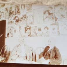 Fotografía antigua: ESPECTACULAR ANTIGUA FOTO SEÑORES EN BAR CON CARTELES PUBLICIDAD CHOCOLATES SOBRE 1920 W. Lote 199197383