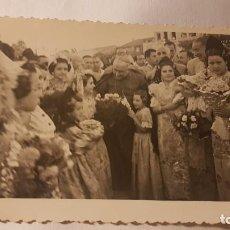 Fotografía antigua: FOTOGRAFÍA OBISPO EN LAS FALLAS. VALENCIA. AÑOS 40 - 50. FOTÓGRAFO FERNÁNDEZ. Lote 199325290