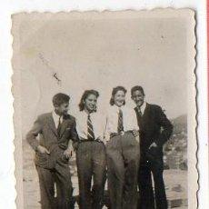 Fotografia antiga: RETRATO CON DOS MUJERES VESTIDAS DE HOMBRE. ASTURIAS. AÑOS 40. Lote 201137591