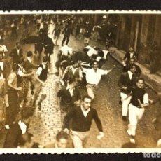 Fotografía antigua: FOTOGRAFÍA DE LOS SAN FERMINES. RUPÉREZ. PAMPLONA. 1950 H. SANFERMÍN. FORMATO POSTAL.. Lote 203296521
