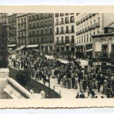 Fotografía antigua: MADRID. EL RASTRO, AÑOS 40, SIN INDICACIÓN DE AUTOR, PAPEL NEGTOR 11,7X8,7 CMS. Lote 204074043