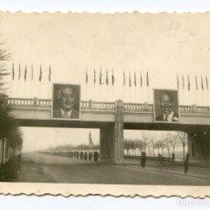 Fotografía antigua: MADRID. AUTOPISTA DE BARAJAS ADORNADA CON CARTELES DE FRANCO Y EISENHOWER Y BANDERAS, 1959. Lote 204074806