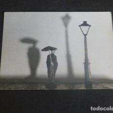 Fotografía antigua: HOMBRE CON PARAGUAS Y FAROLA FOTOGRAFIA ARTISTICA AÑOS 40 8 X 11 CMTS. Lote 204698805