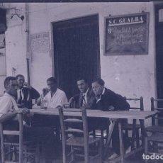 Fotografía antigua: S.C GUALBA. MONTSENY. SENORES EN UNA MESA EN PLENA CALLE. C.1930. Lote 205332856