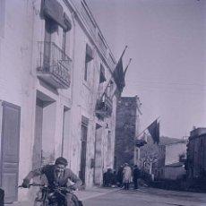 Fotografía antigua: GUALBA. CALLE CON MOTORISTA. MONTSENY. C. 1930. Lote 205333278