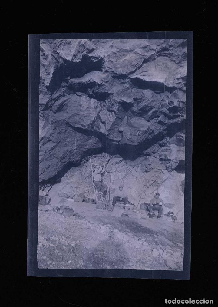 Fotografía antigua: Excursionistas. Tres hombres en una especie de cueva. c.1930 - Foto 2 - 205333552