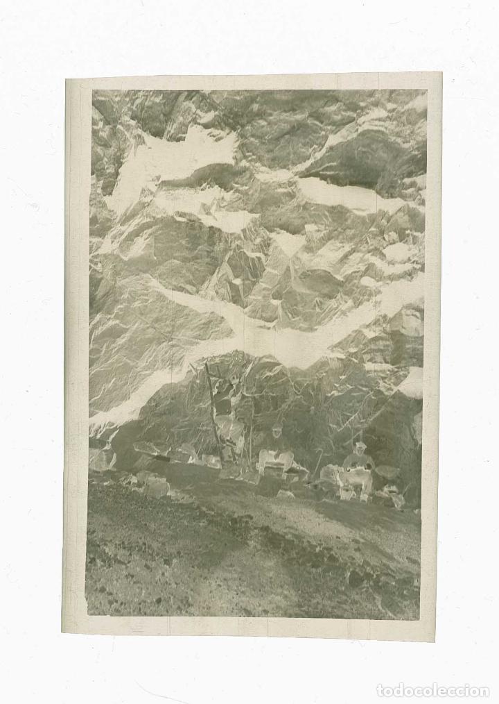 Fotografía antigua: Excursionistas. Tres hombres en una especie de cueva. c.1930 - Foto 3 - 205333552