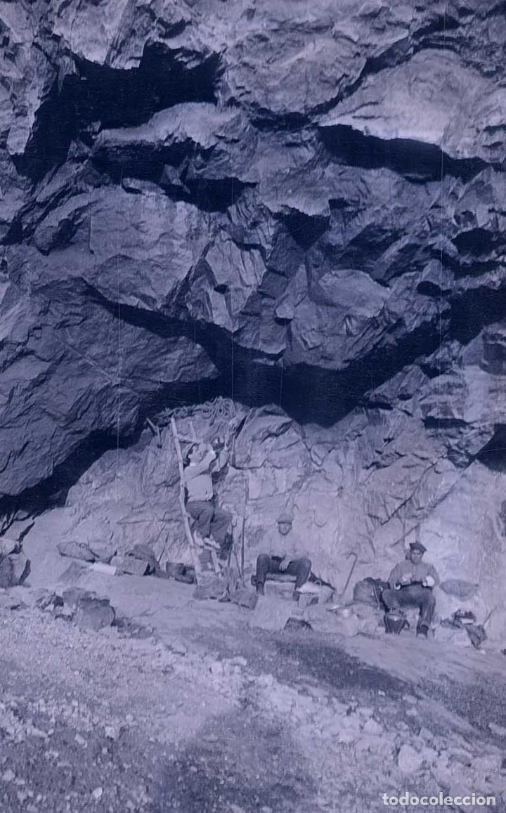 EXCURSIONISTAS. TRES HOMBRES EN UNA ESPECIE DE CUEVA. C.1930 (Fotografía Antigua - Gelatinobromuro)