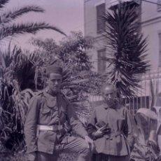 Fotografía antigua: SOLDADO Y SEÑORA. PLAZA. LUGAR SIN IDENTIFICAR-1. C.1930. Lote 205333801