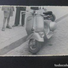 Fotografía antigua: MOTO VESPA FOTOGRAFIA ANTIGUA 11,5 X 17,5 CMTS. Lote 205410320
