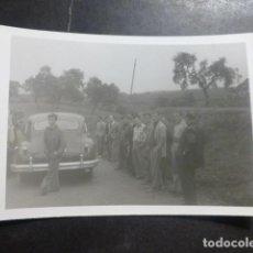 Fotografía antigua: CASTILLO DE ARMAS SEVILLA VEHICULO Y PERSONAS FOTOGRAFIA ANTIGUA 8 X 10,5 CMTS. Lote 205540882