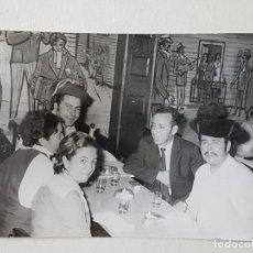 Fotografía antigua: RETRATO AMIGOS COMIENDO MADRID AÑOS 60. Lote 205770555