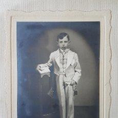 Fotografía antigua: RETRATO NIÑO DE COMUNION AÑOS 50 FOTOGRAFO ROMERO MADRID SOBRE CARTULINA 36X28 CMTS. Lote 205779638