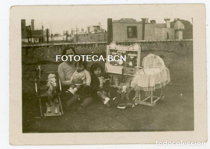 FOTO ORIGINAL NIÑAS CON MUÑECAS JUGUETE MUÑECA COCINITAS CABALLO CARTON CATALUNYA AÑOS 30 (Fotografía Antigua - Gelatinobromuro)