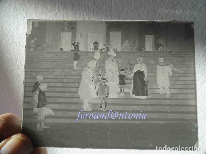 Fotografía antigua: Família con niños y servienta domingo de ramos negativo en cristal 9x12. Inicio siglo XX - Foto 2 - 206798063