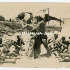 Fotografía antigua: FOTO ORIGINAL UN DIA EN LA PLAYA GRUPO DE AMIGOS JUGANDO A ENCANTADOR DE SERPIENTES ESPAÑA AÑO 1929. Lote 207175513
