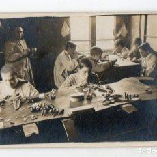 Fotografía antigua: BARCELONA. TALLER DE JOYERIA CON APRENDICES. H. 1920.. Lote 208588005