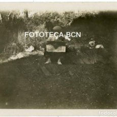 Fotografía antigua: FOTO ORIGINAL HOMBRE LEYENDO EL PERIODICO BOTIJO ESPAÑA AÑOS 30. Lote 209691186